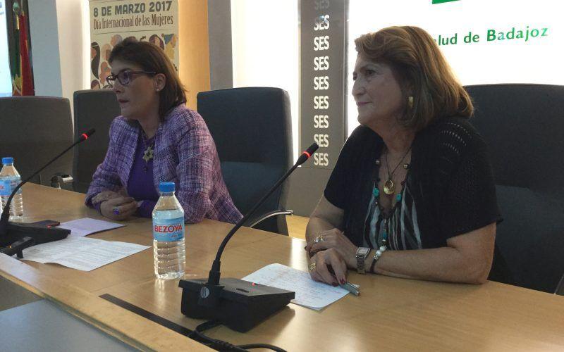Elisa Barrientos (izqda.) y Montaña Román (dcha.), durante la exposición de conclusiones y clausura de la jornada.