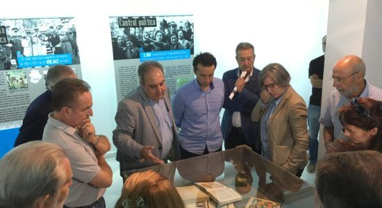 José María Lama, director técnico de +magín, explica algunos de los objetos que componen la muestra